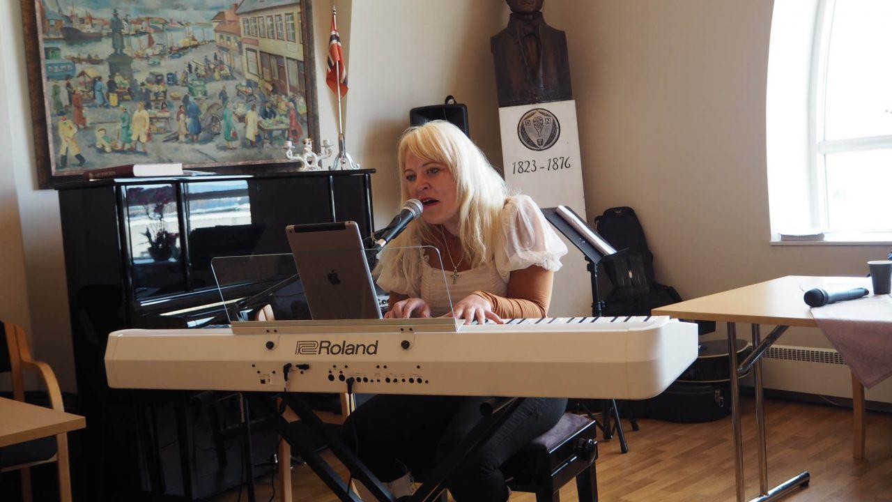Gunhild-Malena Friis Oma-Marken ledet lovsangen på Jesus fest. Bilde 10. mai 2020.