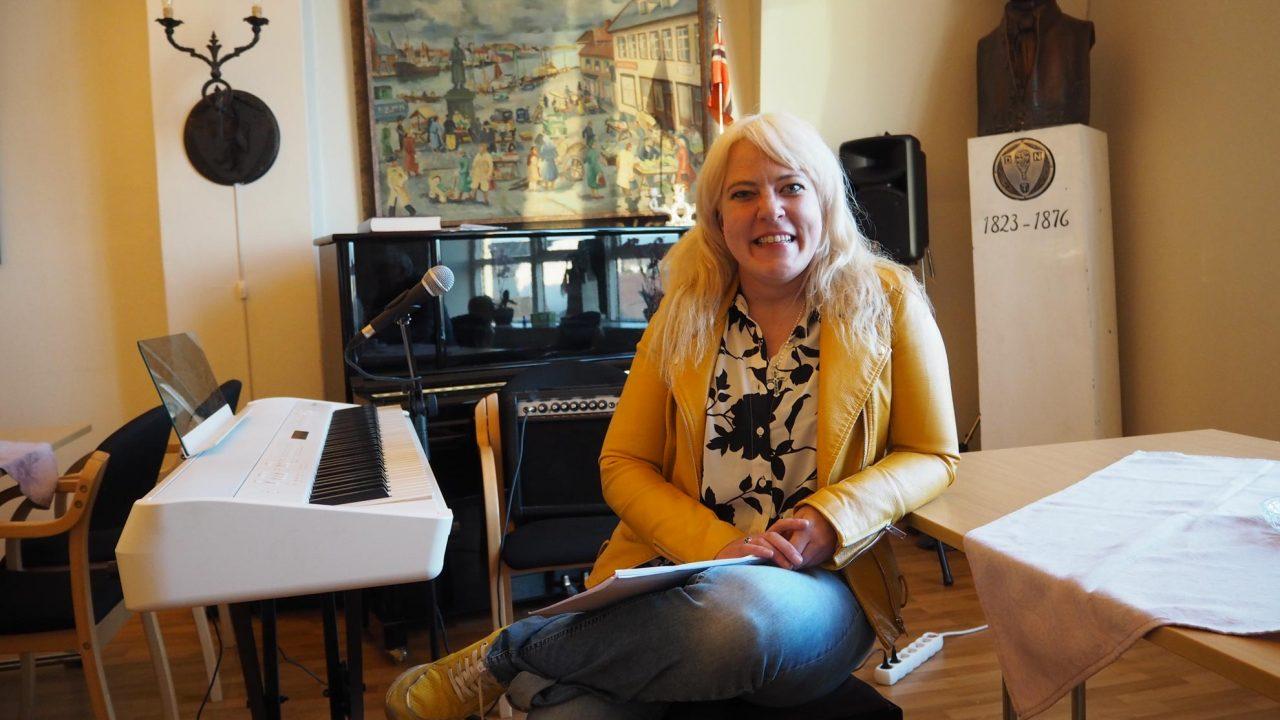 Gunhild-Malena Friis Oma-Marken ledet lovsangen på Jesus fest. Bilde 8. mai 2020.