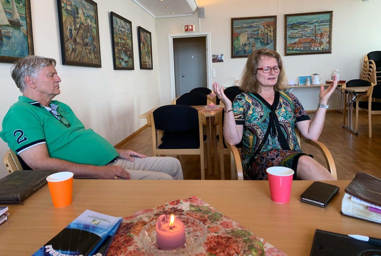 Jesus fest 14. juni 2020. Rolf og Gladys i bønn før møte.