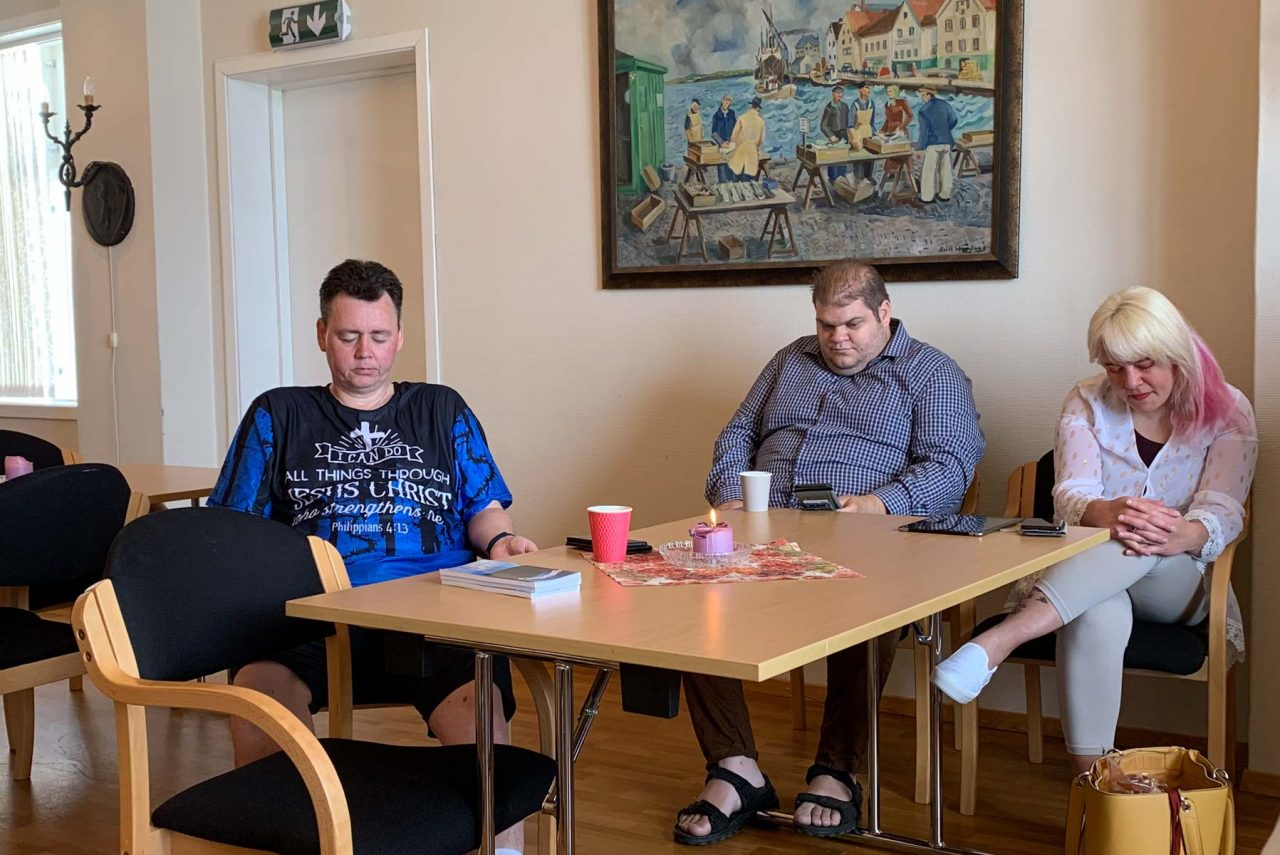 Jesus fest 14. juni 2020. Morten, Espen og Gunhild-Malena ber sammen for møtet.