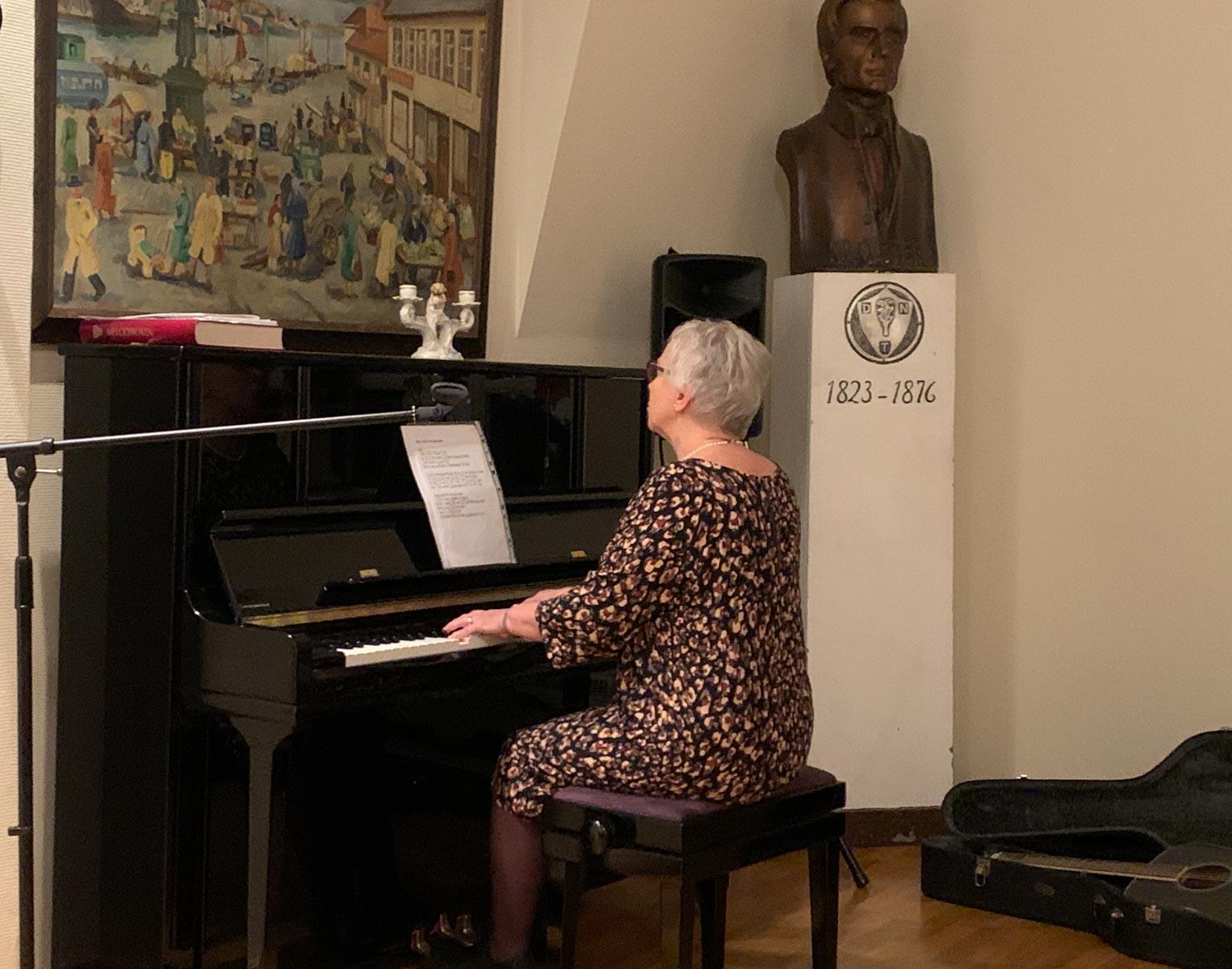 Karen Meling spilte og sang på nyttårsfesten.