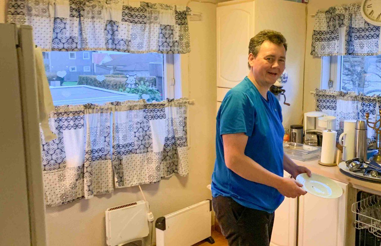 Morten kokkelere på kjøkkenet.