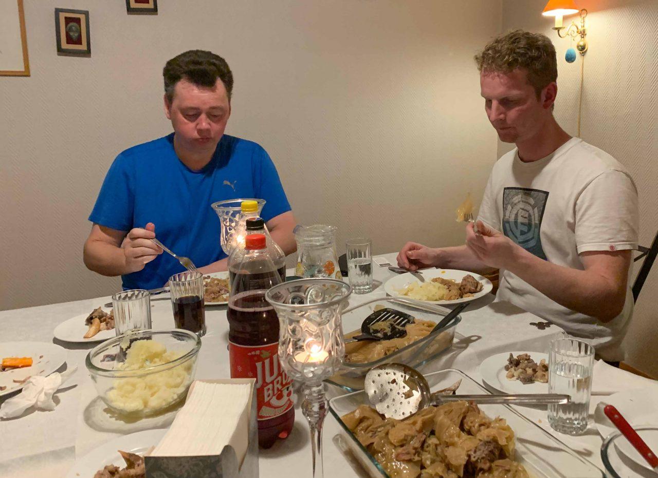 Moten og Dag nyter både mat og alle fikk hvert sitt bibelvers.