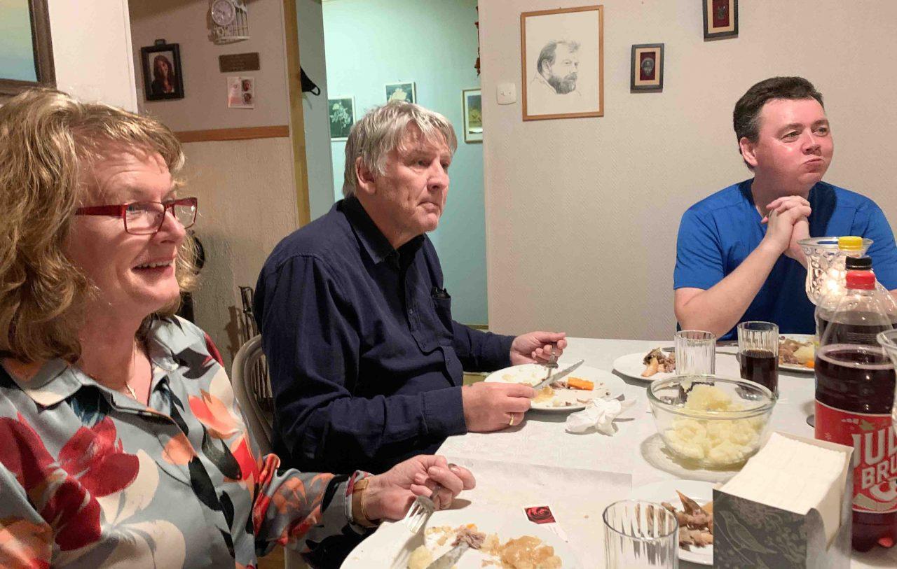 Pastor Rolf og Gladys koste seg med maten og hyggelig felleskap.