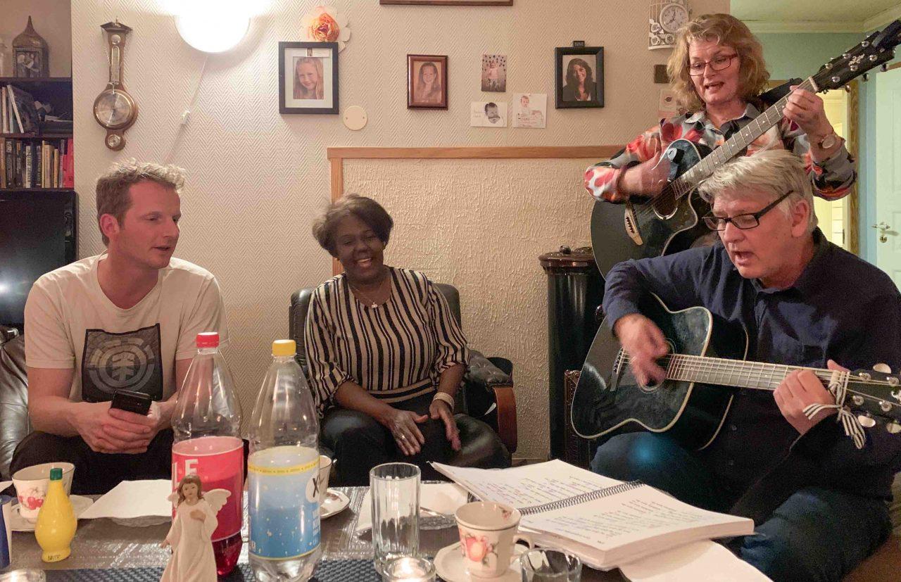 Rolf og Gladys stemmer i med herlig lovsang til Herren.