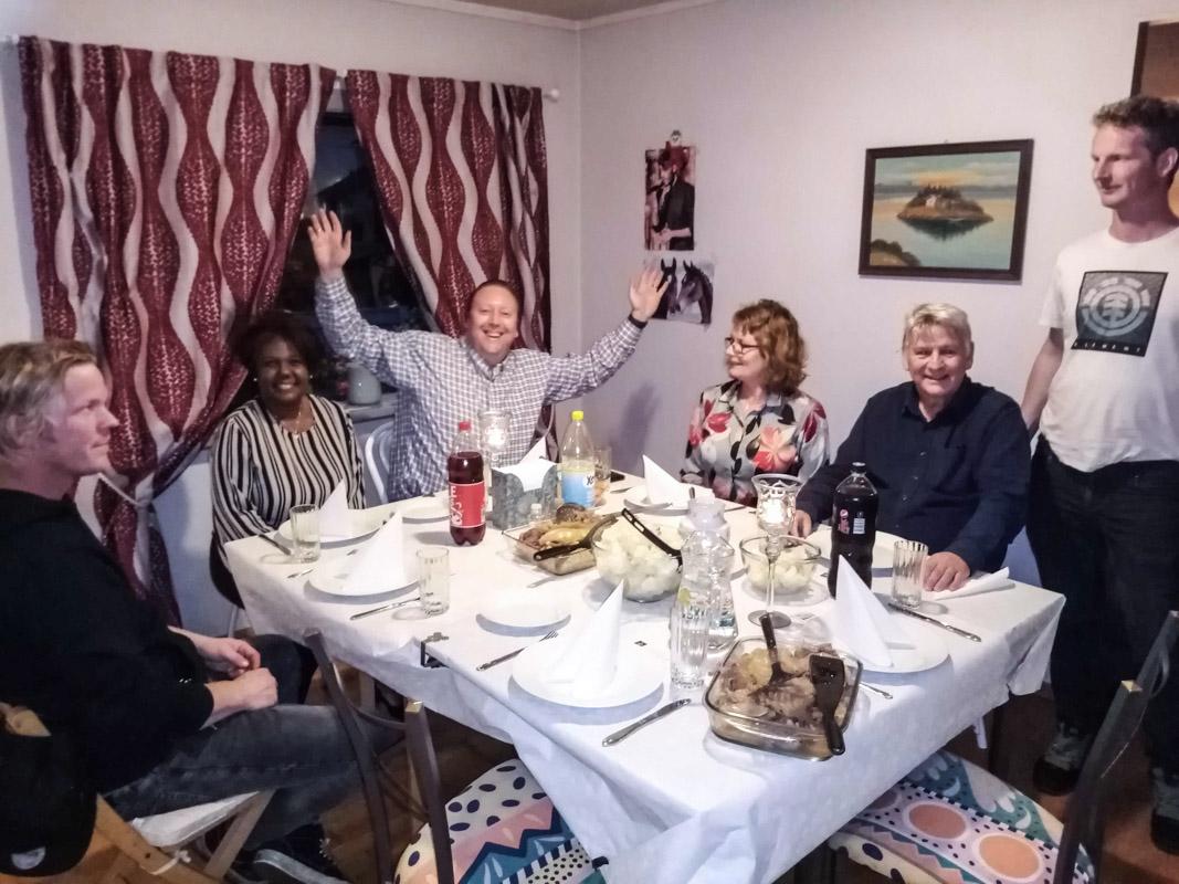 God steming rundt fårikålbordet på årets høstfest 2020.